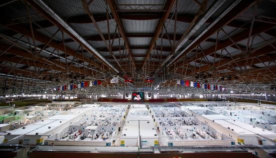 러시아 모스크바에서 아이스링크를 개조해 만든 코로나19 임시병상에 환자들이 수용돼 있다. /사진=로이터