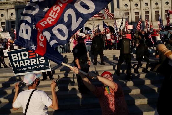 지난 7일 미국 워싱턴DC 연방의회 앞에서 바이든 지지자들이 집회를 열고 있다. /사진=로이터