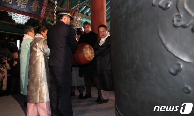 지난 1월1일 새벽 서울 종로구 보신각에서 열린 제야의 종 타종 행사에서 참석자들이 함께 타종하고 있다. /사진=뉴스1