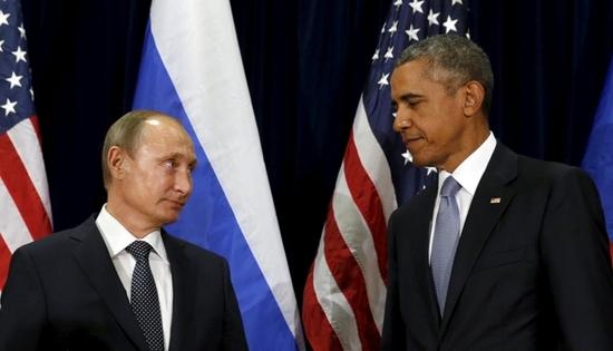 버락 오바마 전 대통령(오른쪽)이 지난 17일(현지시간) 발간된 자신의 회고록 '약속의 땅'에서 블라디미르 푸틴 러시아 대통령에 대해 시카고의 뒷골목을 주름잡는 조직폭력배 두목 같다고 회고했다. /사진=로이터