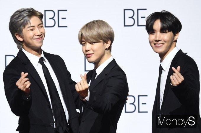 [머니S포토] 방탄소년단(BTS) RM·지민·제이홉 '아미에게 보내는 하트'