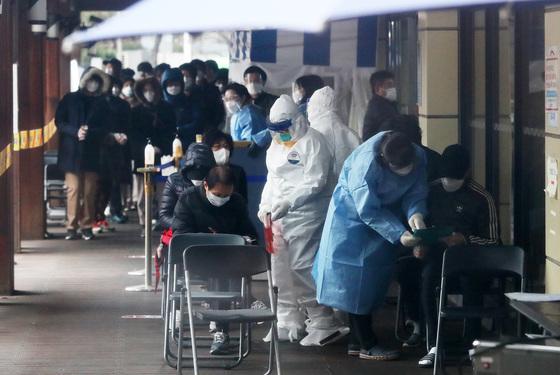 20일 오전 서울 송파구보건소 선별진료소에 코로나19 진단검사를 받기 위해 시민들이 줄지어 서있다. /사진=뉴스1