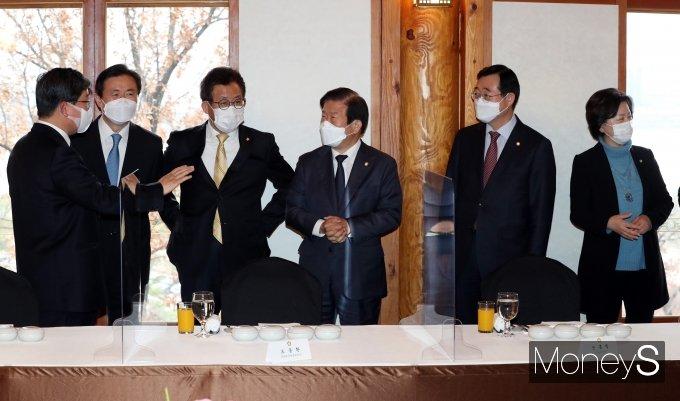 [머니S포토] 위원장들과 환담하는 박병석 의장