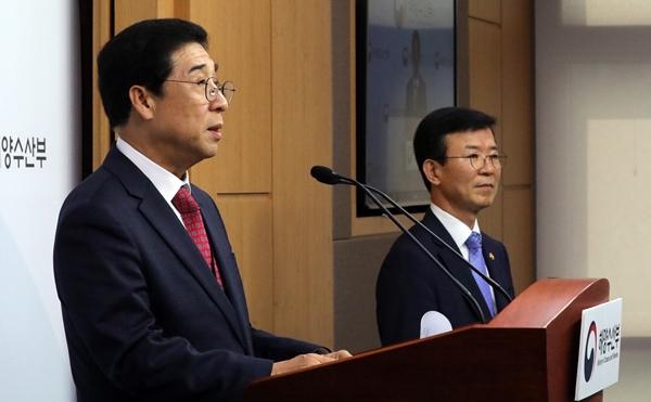 배재훈 HMM 사장(왼쪽)이 지난해 7월 1일 정부세종청사 해수부 기자실에서 현대상선 얼라이언스 가입 관련 브리핑을 하고 있다. /사진=뉴스1