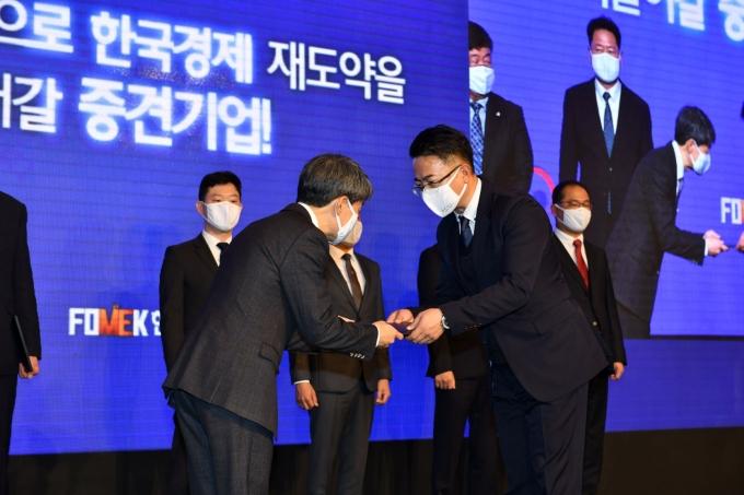 지난 18일 서울 롯데호텔에서 열린 '제6회 중견기업인의 날' 행사에서 한국콜마 스킨케어연구소 한상근 소장(우측)이 산업통상자원부장관 표창을 수상하고 있다./사진=한국콜마
