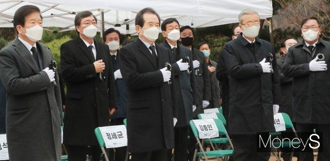 [머니S포토] 김영삼 대통령 서거 5주기 추모식 참석한 정세균 총리와 여야지도부