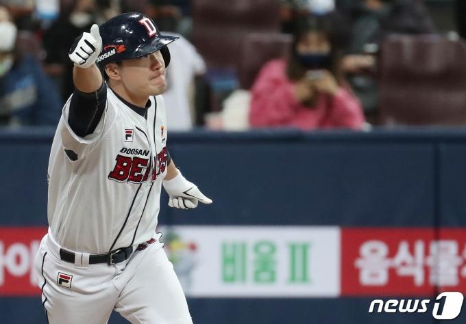 20일 오후 서울 구로구 고척스카이돔에서 열린 한국시리즈 3차전에서 두산 김재호가 7회말 역전 적시타를 친 후 기뻐하고 있다. /사진=뉴스1