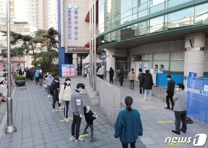 21일 서울 동작구보건소 선별진료소가 시민들로 북적이고 있다. 2020.11.21/뉴스1 © News1 이성철 기자