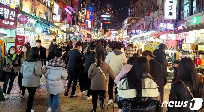 21일 밤 서울 홍대앞 거리가 청년들로 가득차 있다. 2020.11.21 © 뉴스1 박기범 기자