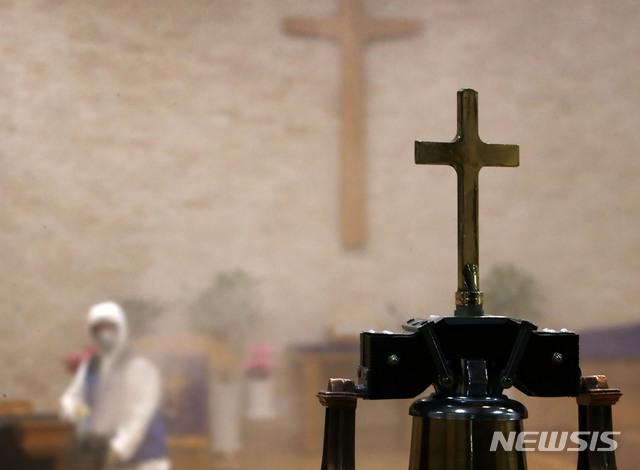 서울 마포구 소재의 한 교회에서 마포구청 방역 관계자가 신종 코로나바이러스 감염증(코로나19)을 예방하기 위해 방역을 하고 있다. 사진은 기사와 무관/사진=뉴시스