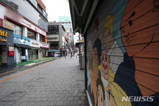 사회적 거리두기 1.5단계 시행 첫 주말인 22일 오전 서울 서대문구 연세로가 한산하다./사진=뉴시스