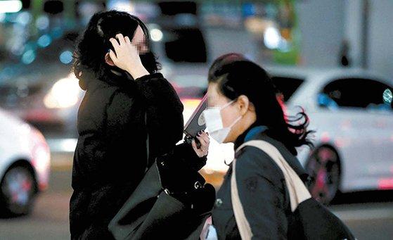 서울 서초구 교대역 인근에서 시민들이 두꺼운 옷으로 단단히 '무장'한 채 발걸음을 재촉하고 있다/사진=뉴시스