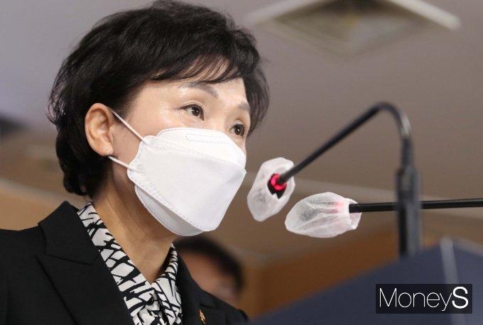 김현미 국토교통부 장관이 전세형 공공임대주택 11만4000가구 공급대책에 대해 입을 열었다./사진=임한별 기자