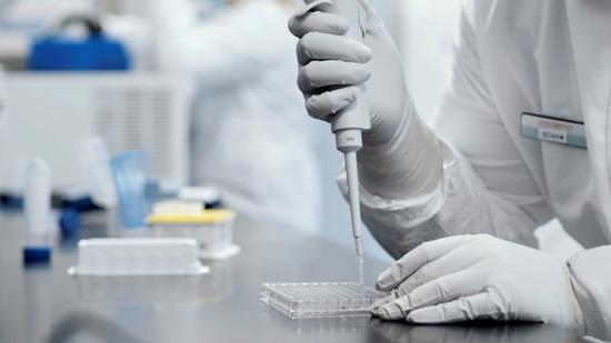 다국적 제약사 '모더나'의 연구소에서 한 연구자가 실험을 진행하고 있다. /사진=로이터(모더나 제공)