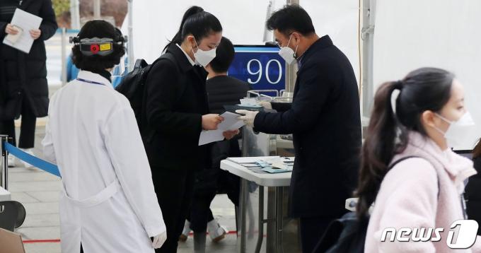질병관리청 중앙방역대책본부(방대본)는 23일 0시 기준으로 국내 신종 코로나바이러스 감염증(코로나19) 신규 확진자가 271명 발생했다고 밝혔다. /사진=뉴스1