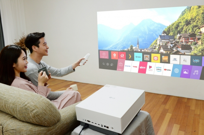 LG전자가 고화질에 설치 편의성을 대폭 업그레이드한 LG 시네빔 레이저 4K 프로젝터 신제품을 출시한다. / 사진=LG전자