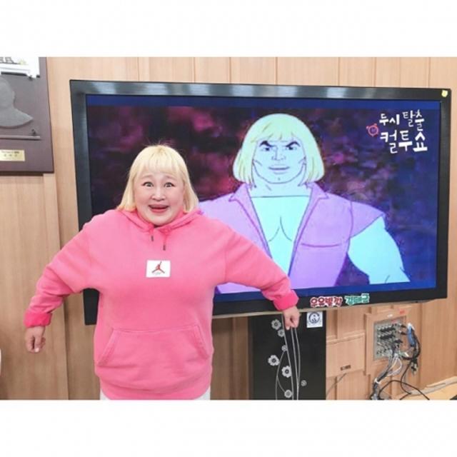 개그우먼 홍윤화가 만화 속 캐릭터인 '히맨'과의 싱크로율을 자랑했다. /사진=컬투쇼 공식 인스타그램