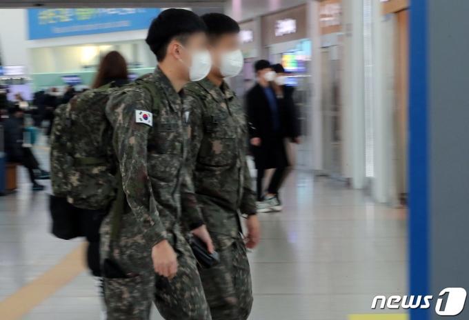23일 서울역 대합실에서 군 장병들이 이동하고 있다. 2020.11.23/뉴스1 © News1 이동해 기자