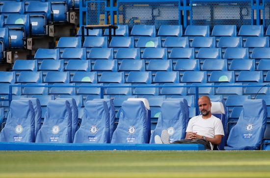 잉글랜드 프로축구 맨체스터 시티의 펩 과르디올라 감독이 무관중 조치로 인해 텅 빈 관중석을 배경으로 홀로 앉아있다. /사진=로이터