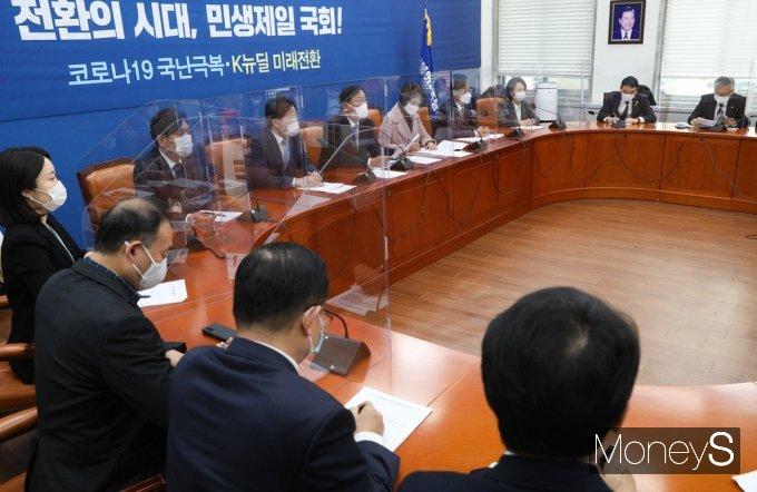 [머니S포토] 김태년 원내대표, 민주당 원내대책회의 주재