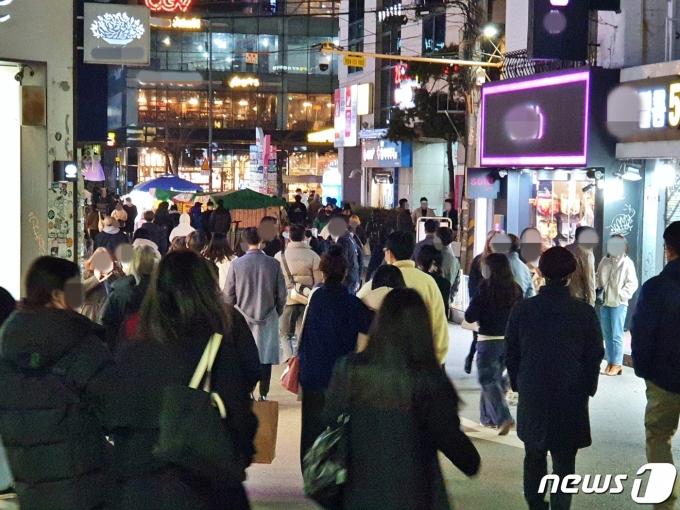 24일 오후 9시10분께 서울 마포구 홍대입구역 인근에 귀가를 서두르는 인파가 가득하다. © 뉴스1 황덕현 기자