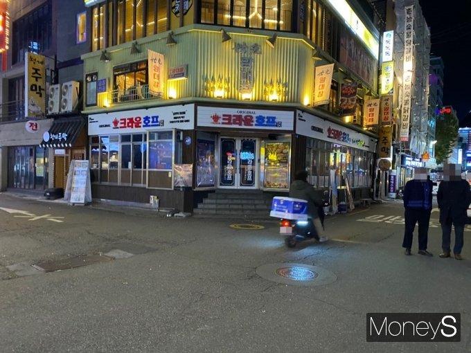 한산한 젊음의 거리 골목 사이로 배달기사들의 오토바이들이 바쁘게 움직였다. /사진=정소영 기자