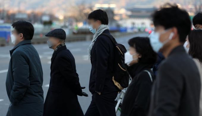 직장인 절반이 올해 연차를 다 사용하지 못할 것으로 예상했다. 사진은 출근길 직장인들. / 사진=뉴스1