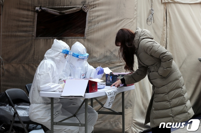 24일 서울 노원구 선별진료소에서 진단 검사가 실시되고 있다. /사진=뉴스1