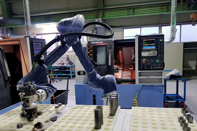 두산이 협력사 스마트공장 구축을 위해 도입한 협동로봇이 생산현장에서 작업을 수행하고 있다./사진=두산