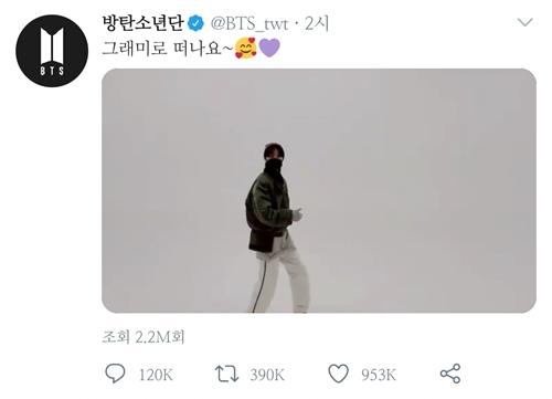 """멤버 제이홉은 가벼운 발걸음으로 걸어가는 자신의 모습이 담긴 영상을 올리며 """"그래미로 떠나요~""""라고 해 팬들의 환호를 자아냈다. /사진=방탄소년단 트위터 캡처"""