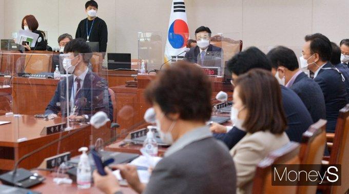 [머니S포토] 헌정사상 첫 '검찰총장 직무배제' 속 법사위 개회