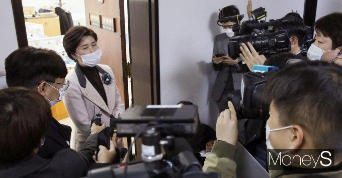 [머니S포토] 법사위 산회, 취재진 질문받는 '백혜련'