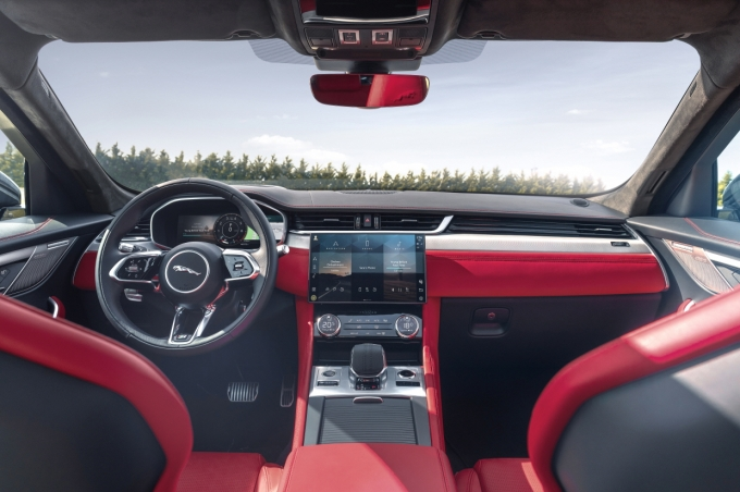 LG전자 인포테인먼트 시스템이 탑재된 재규어 F-PACE의 차량 내부 모습 / 사진=LG전자