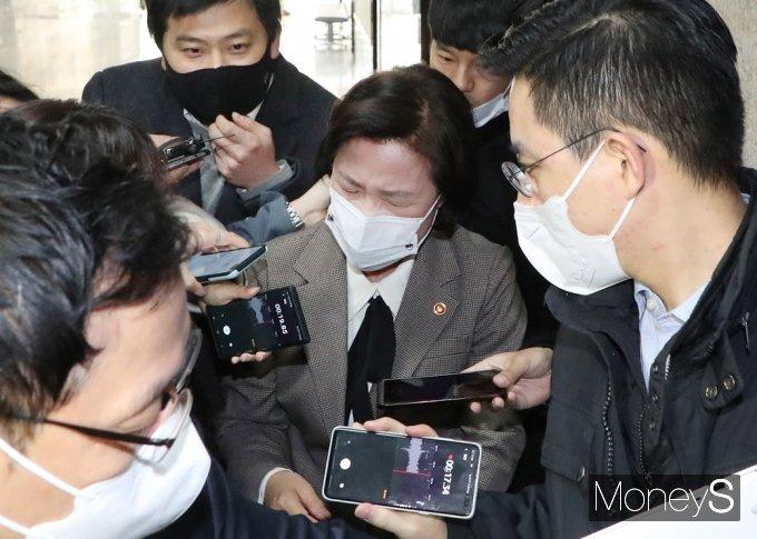 [머니S포토] 윤석열 직무배제 '추미애' 에워싼 취재진
