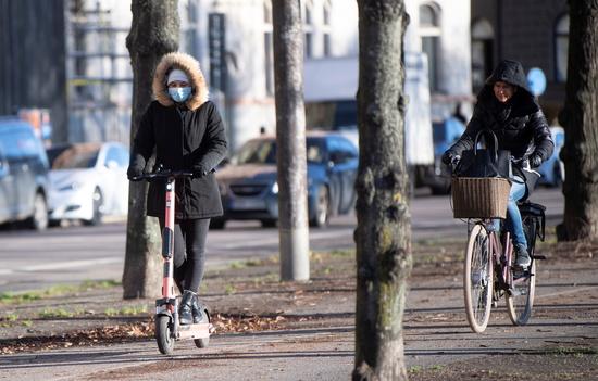 20일(현지시각) 스웨덴 스톡홀름의 거리를 자전거와 킥보드를 탄 시민들이 지나고 있다. /사진=로이터