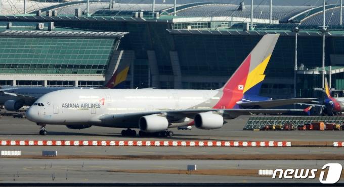 25일 인천국제공항의 아시아나 항공기 모습. 2020.11.25/뉴스1 © News1 정진욱 기자