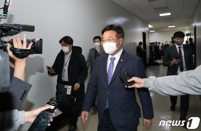 윤호중 법제사법위원장이 25일 서울 여의도 국회에서 위원장실을 나서고 있다. 2020.11.25/뉴스1 © News1 성동훈 기자