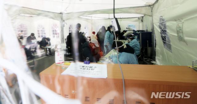 25일 서울 서대문구보건소에 마련된 선별진료소에서 시민들이 검사를 기다리고 있다. /사진=뉴시스