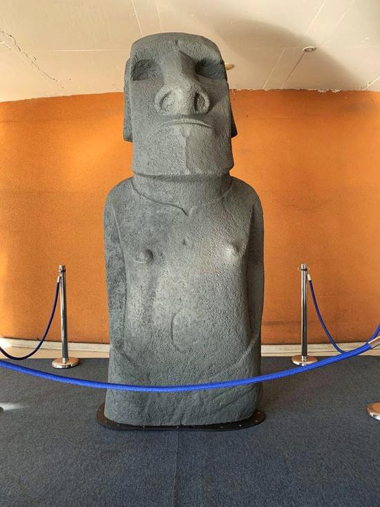 칠레 산티아고에 파이버글래스로 만든 이스터섬 석상 모아이 복제품이 전시되어 있다. /사진=로이터