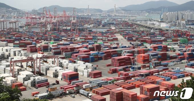 한국은행이 올해 우리나라 실질 국내총생산(GDP) 성장률 전망치를 마이너스(-)1.1%로 0.2%포인트 상향 조정했다. 사진은 부산 남구 신선대부두에 컨테이너가 쌓여있는 모습./사진=뉴스1