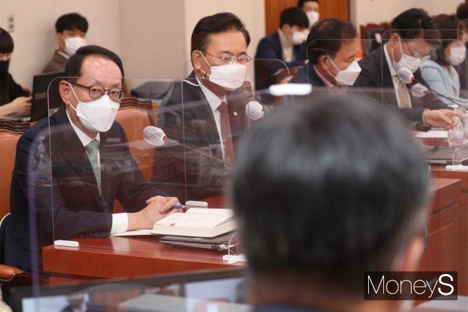 [머니S포토] 법사위 전체회의에서 발언하는 김도읍 간사