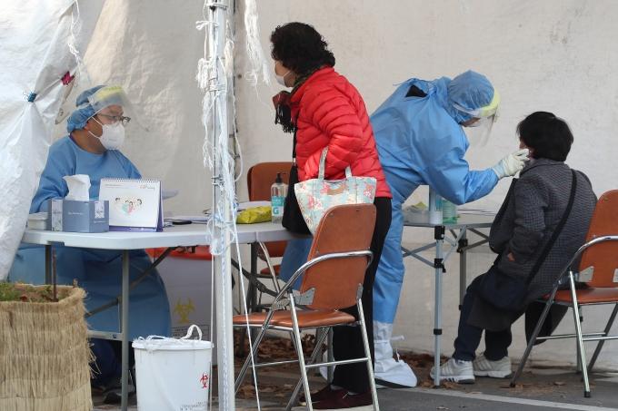 신종 코로나바이러스 감염증(코로나19) 일일 확진자가 지난 3월 이후 처음으로 500명을 넘어서면서 방역에 비상이 걸린 가운데 26일 대구 달서구보건소 선별진료소에서 의료진이 코로나19 검사를 위해 찾아온 시민과 상담하고 있다. /사진=공정식 뉴스1 기자