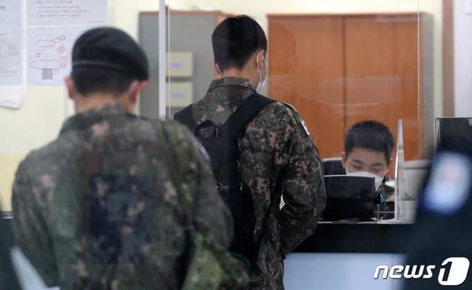 지난 26일 서울 용산구 서울역 국군장병라운지 TMO에서 장병들이 승차권을 구입하고 있다. /사진=뉴스1