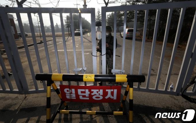 지난 26일 집단감염이 발생한 경기도 연천군 육군 5사단 신병교육대대에서 한 장병이 문을 잠그고 있다. /사진=뉴스1