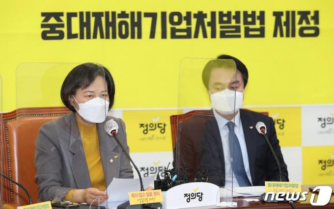 강은미 정의당 원내대표(왼쪽)가 25일 국회에서 열린 정의당 상무위원회에서 발언을 하고 있다. /사진=뉴스1