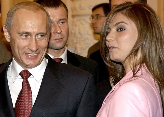 지난 2004년 아테네 올림픽 체조 금메달리스트인 알리나 카바예바(오른쪽)가 같은 해 11월 러시아 모스크바의 크렘린궁을 찾아 블라디미르 푸틴 대통령을 접견하고 있다. /사진=로이터