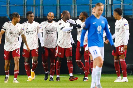 아스널 선수들(흰색 유니폼)이 27일(한국시간) 노르웨이 몰데 스타디온에서 열린 2020-2021 UEFA 유로파리그 조별예선 J조 4차전 몰데 FK와의 경기에서 후반 5분 니콜라스 페페의 선취골이 나온 뒤 함께 기뻐하고 있다. /사진=로이터
