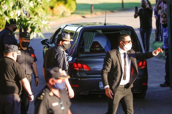마라도나 시신 운구 차량이 26일(현지시각) 아르헨티나 부에노스아이레스의 한 묘지에 도착하고 있다. /사진=로이터