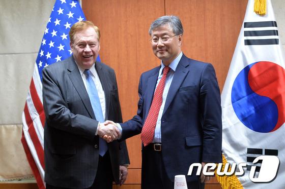 문재인 대통령이 27일 신임 청와대 외교정책비서관에 김용현 전 미국 보스턴 총영사(오른쪽)를 임명했다.