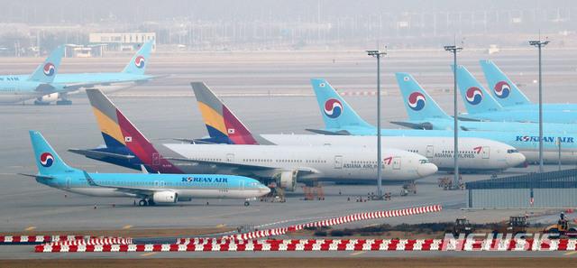 인천국제공항 계류장에 대기 중인 대한항공과 아시아나항공 여객기의 모습. /사진=뉴시스